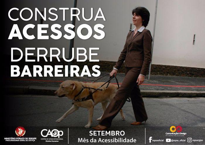 A imagem mostra uma mulher caminhando ao lado de um cachorro equipado com coleira específica para condução de pessoas com deficiência visual. No texto: ''Construa Acessos Derrube Barreiras''.