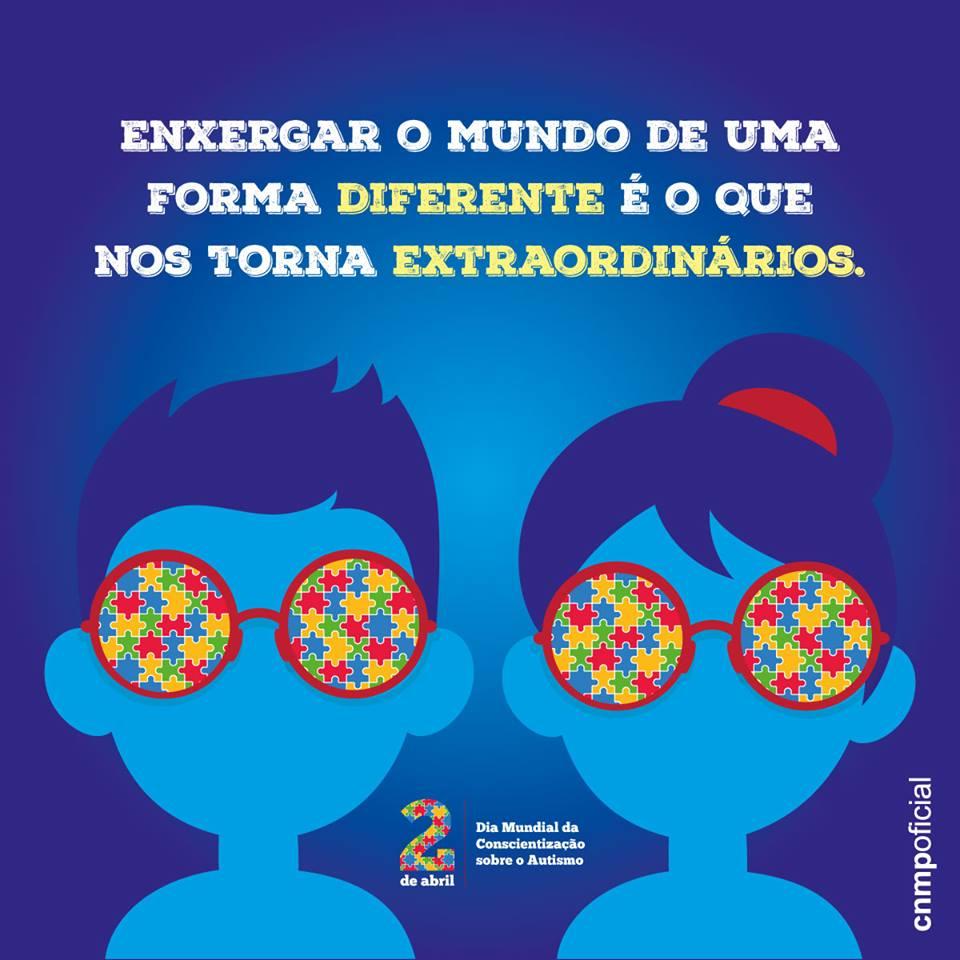 Na imagem aparece um casal de crianças, azuis, em desenho, utilizando óculos, os quais possuem lentes representadas por quebra-cabeças coloridos. Acima da imagem o seguinte texto: ''Enxergar o mundo de uma forma diferente é o que nos torna extraordinários.'' Abaixo da imagem: ''2 de abril: Dia Mundial da Conscientização sobre o Autismo''