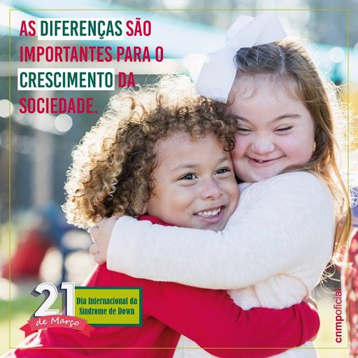 #PraCegoVer:A imagem mostra duas crianças se abraçando, sendo uma delas com Síndrome de Down. No texto: ''As diferenças são importantes para o crescimento da sociedade.'' ''21 de março: Dia Internacional da Síndrome de Down''.