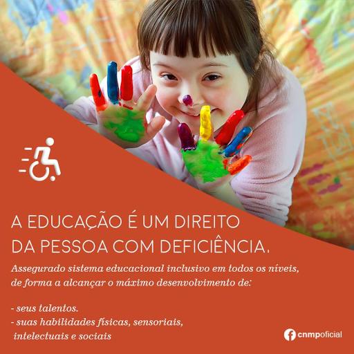 #PraCegoVer:A imagem mostra uma criança com Síndrome de Down com as mãos pintadas de tinta colorida. No Texto: ''A educação é um direito da pessoa com deficiência, assegurando sistema educacional inclusivo em todos os níveis, de forma a alcançar o máximo desenvolvimento de: seus talentos; suas habilidades físicas, sensoriais, intelectuais e sociais.''