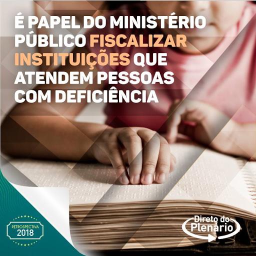 #PraCegoVer:A imagem mostra uma pessoa lendo através do Braille. No texto: ''É papel do Ministério Público fiscalizar instituições que atendam pessoas com deficiência''.