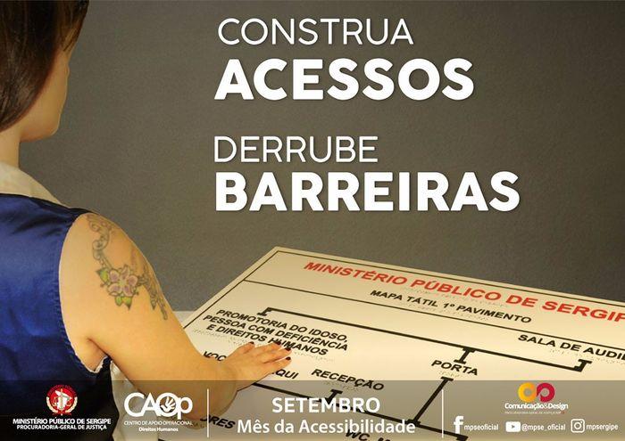 A imagem mostra uma mulher lendo, através do braille, uma placa de orientação acerca da planta do Ministério Público de Sergipe. No texto: ''Construa Acessos Derrube Barreiras''.